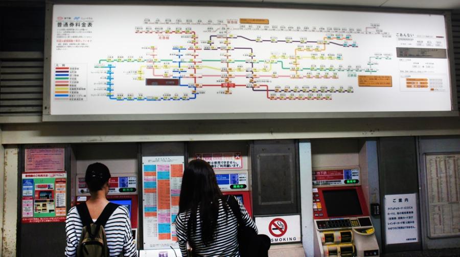 Peta jalur subway Osaka dan vending machine.